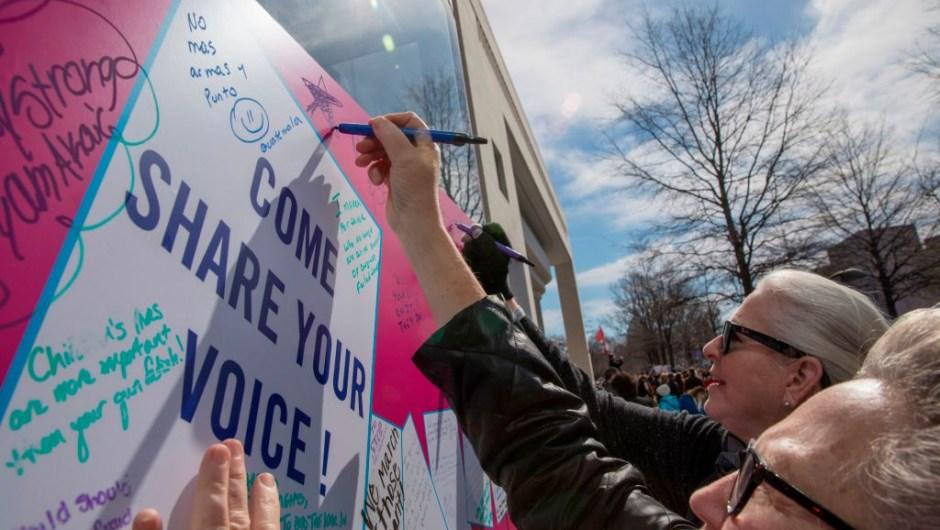 Manifestantes comparten sus ideas sobre mayor control de armas en la Marcha por Nuestras Vidas en Washington. (Crédito: ALEX EDELMAN/AFP/Getty Images)