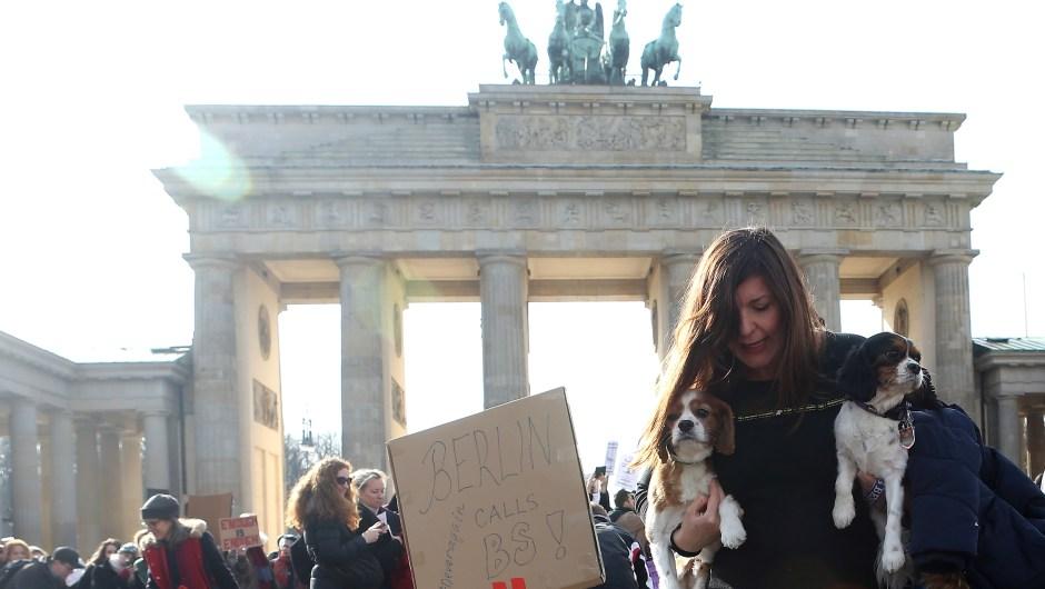 Manifestantes frente a la Puerta de Brandeburgo, en Berlín, Alemania, también muestran su apoyo a la Marcha por Nuestras Vidas. (Crédito: Adam Berry/Getty Images)