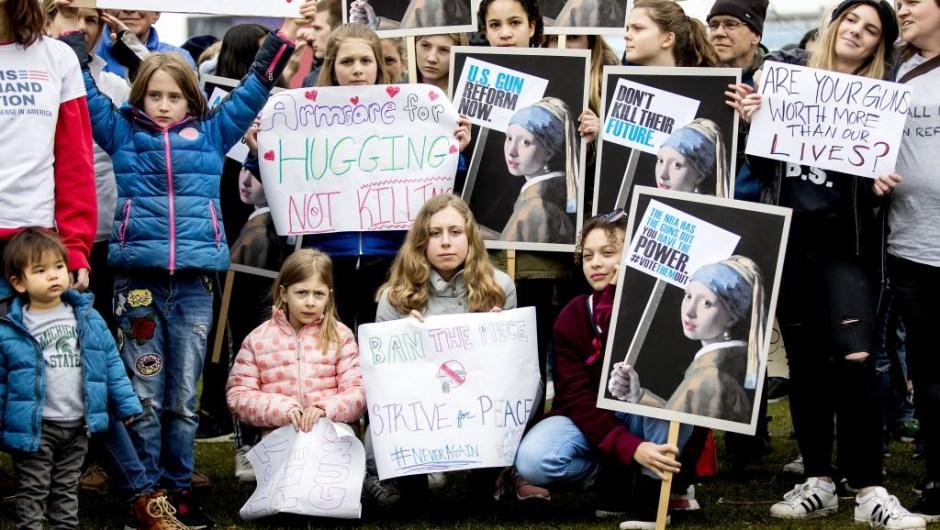 Jóvenes se manifiestan en la plaza de los Museos de Amsterdam, Países Bajos, en apoyo a la Marcha por Nuestras Vidas (Crédito: KOEN VAN WEEL/AFP/Getty Images)
