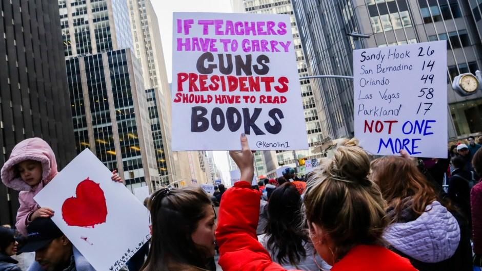 """""""Si los profesores tienen que llevar armas, el presidente debería tener que leer libros"""". Cartel en la Marcha por Nuestras Vidas en Nueva York.(Crédito: EDUARDO MUNOZ ALVAREZ/AFP/Getty Images)"""