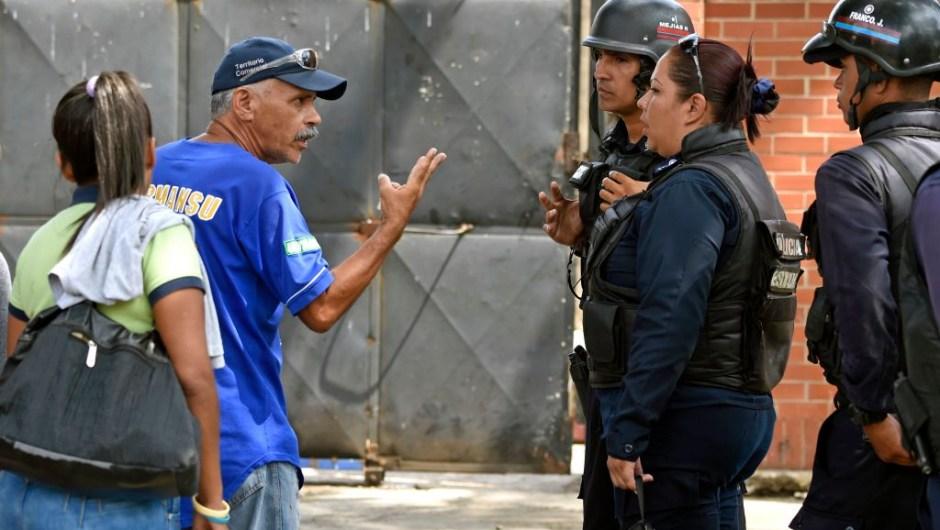 Familiares piden información a los policías a las puertas de la prisión que se incendió en Venezuela. (Crédito: JUAN BARRETO/AFP/Getty Images)