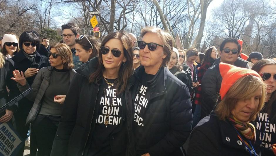 Diversas personalidades han mostrado su apoyo a los estudiantes en la Marcha por Nuestras Vidas. En la imagen, Paul Mccartney en la concentración de Nueva York. (Crédito: Yilber Vega/CNN en Español)