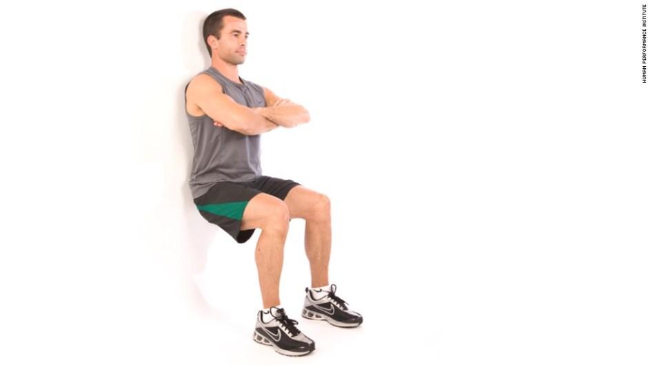 Sentase en cuclillas en la pared para trabajar la parte inferior del cuerpo