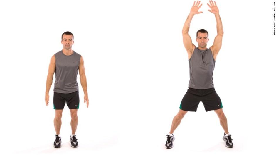 El entrenador Chris Jordan ha diseñado un circuito de entrenamiento de alta intensidad para ayudar a sus clientes a perder peso y estar en forma. Instrucciones: haz tantas repeticiones del movimiento como puedas en 30 segundos. Descansa 10 segundos entre cada una. Repite el circuito dos o tres veces. Primero, jumping jacks.