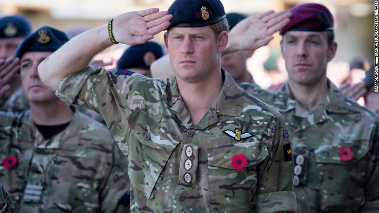 El príncipe Enrique primero sirvió con su unidad del ejército en Afganistán en 2008, regresando en 2012 como piloto de helicóptero.