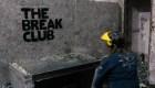 En este club te dejan romper cosas para desestresarte