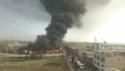 Incendio consume depósito de neumáticos en Lima