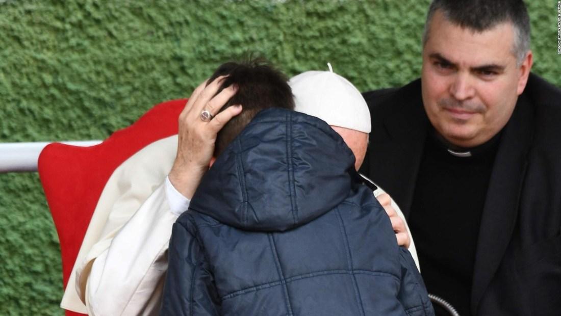 El papa consuela a un niño cuyo fallecido padre era ateo