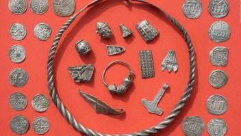 Un niño y su profesor descubren un tesoro vikingo