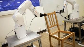 Robot logra armar silla de Ikea en 9 minutos