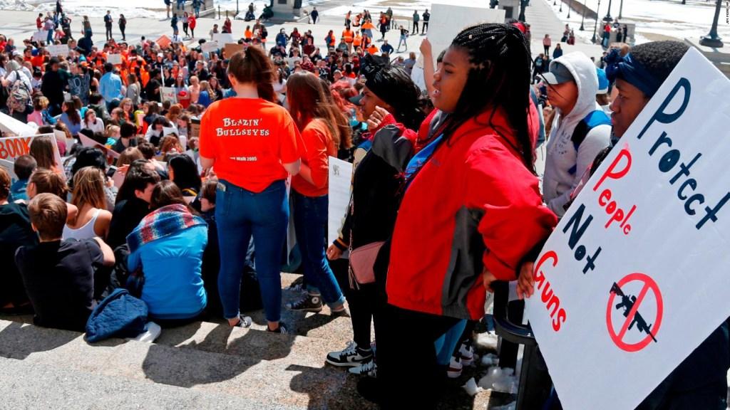 Protestan por el control de armas 19 años después de Columbine