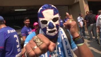 """Fanáticos dicen adiós al estadio del Cruz Azul: """"Van a enterrar muchos recuerdos"""""""