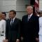 Melania se resiste a tomar la mano de Trump