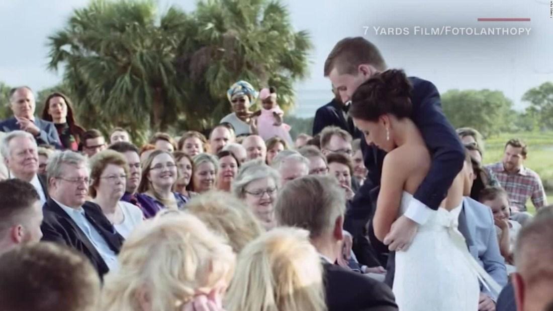 Novio parapléjico camina al altar con ayuda de la novia