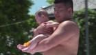 En esta competición de sumo el objetivo es hacer llorar a los bebés