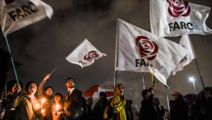 Los partidarios de las FARC se manifestaron en los alrededores de la Fiscalía General de Bogotá el 9 de abril de 2018 contra el arresto del exnegociador de paz de las FARC Jesús Santrich. (Crédito: RAUL ARBOLEDA/AFP/Getty Images)