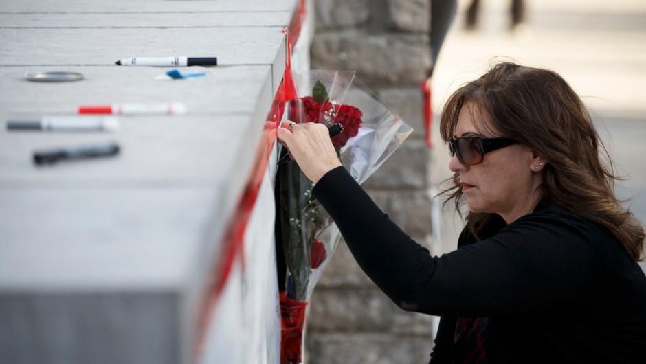Una mujer firma una de las tarjetas en recuerdo a las víctimas mortales poco después del atropello masivo en Toronto (Canadá) el 23 de abril de 2018. (Crédito: Cole Burston/Getty Images)