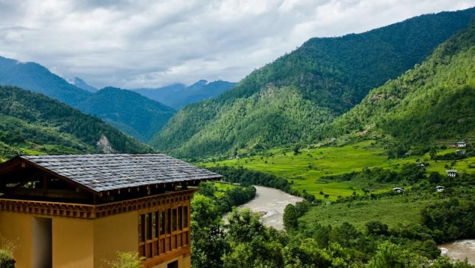 5.- COMO Uma Punakha, Bután. Con solo nueve habitaciones y dos villas, todas con vistas panorámicas del Himalaya, COMO Uma Punakha ofrece un refugio remoto en el corazón de Bután. Puede parecer en el medio de la nada, pero no hay riesgo. En su interior también hay un restaurante para tomar los platos típicos del país.