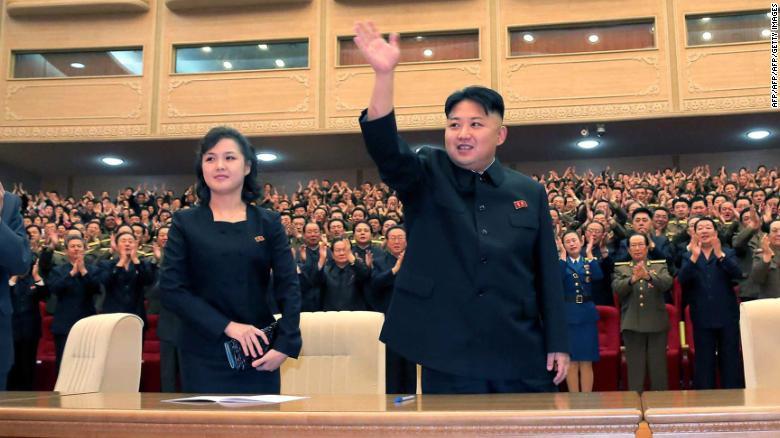 Una nueva foto publicada por los medios estatales de Corea del norte en mayor de 2013 muestra a Ri junto a Kim en una actuación en Pyongyang.