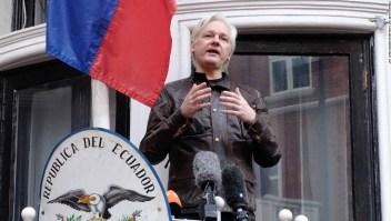 Julian Assange habla a los medios desde el balcón de la embajada de Ecuador en Londres (Reino Unido) en 2017. (Crédito: Jay Shaw Baker/NurPhoto via Getty Images)