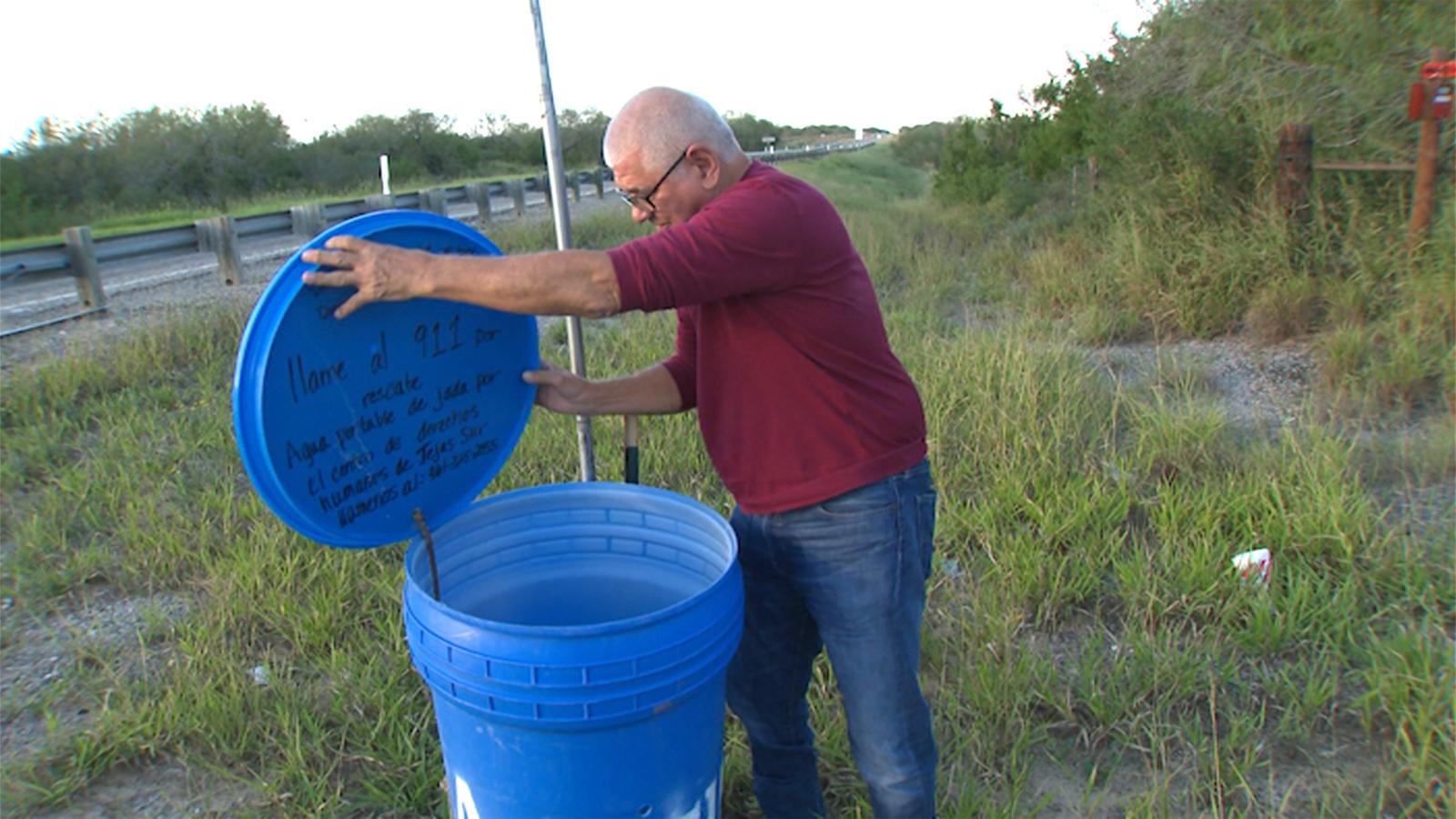 Eddie Canales, director del Centro de Derechos Humanos del Sur de Texas, revisa una estación de agua en una ruta migratoria en Falfurrias, Texas.