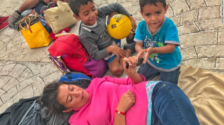 Gabriela Hernández, agotada por el viaje, se acostó cuando llegó a una plaza en Tutitlán, México. Ella dice que toda su familia se enfermó mientras viajaba con la caravana.