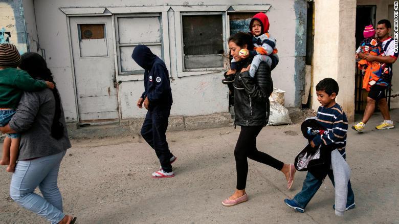Gabriela Hernández lleva a Jonathan con Omar junto a ella en Tijuana, antes de entregarse a las autoridades estadounidenses.
