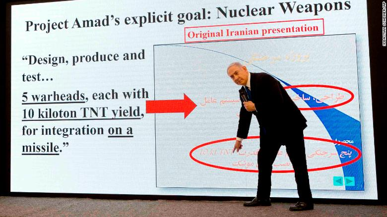 Momento de la presentación de Benjamín Netanyahu sobre el programa nuclear de Irán. (Crédito: AP Photo/Sebastian Scheiner)