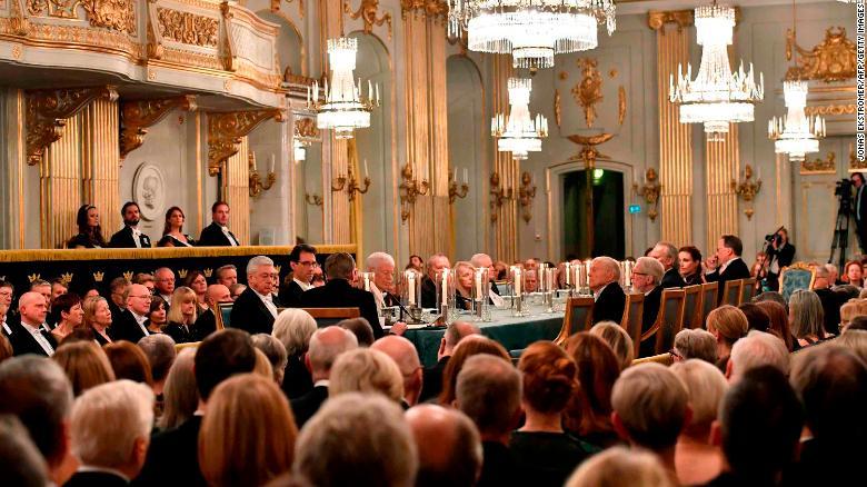 Los invitados asisten a la reunión anual de la Academia Sueca el 20 de diciembre de 2017 en el edificio de la Bolsa de Valores de Estocolmo.