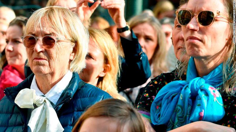 Cientos de personas se manifestaron fuera de la Academia Sueca el 19 de abril para mostrar su apoyo a Danius.