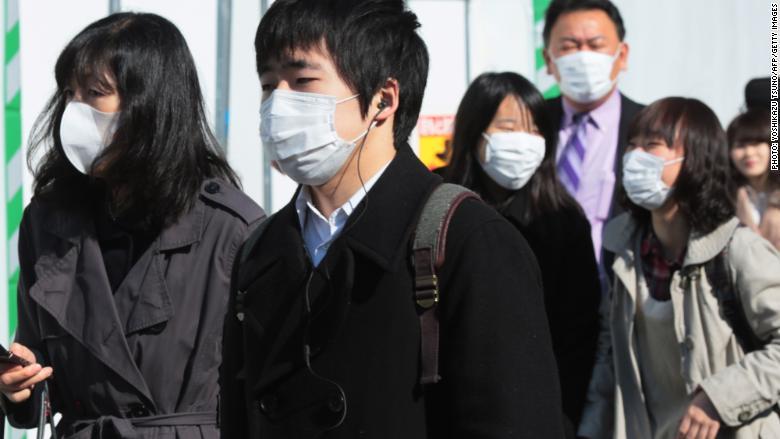 Japoneses con mascarillas por polen en Tokyo