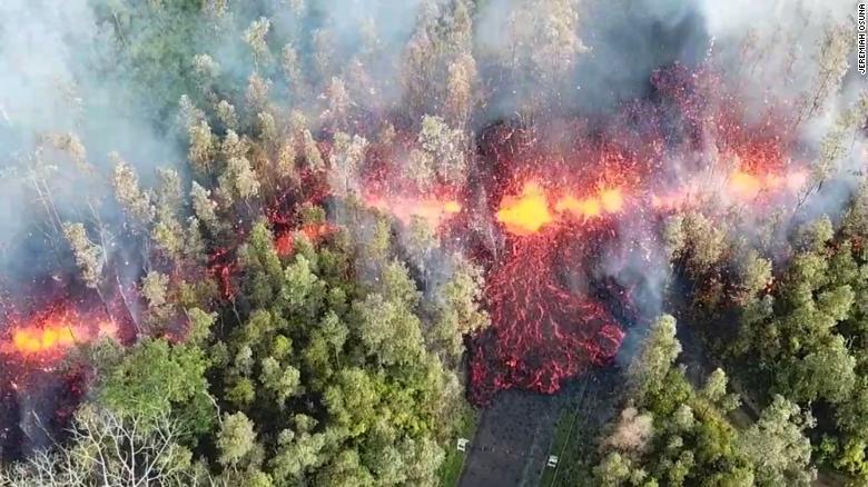 Se puede ver humo y lava en el suelo luego de la erupción del volcán Kilauea de Hawái el jueves 3 de mayo de 2018.