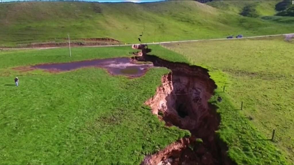 Socavón gigante se abre en medio de una granja en Nueva Zelandia