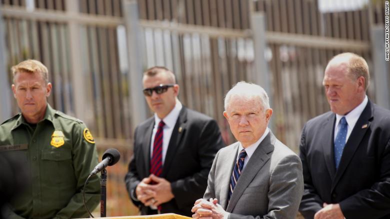 Jeff Sessions visitó la frontera en San Ysidro, California, y discutió nuevas acciones de inmigración el lunes. (Crédito: Sandy Huffaker/Getty Images)
