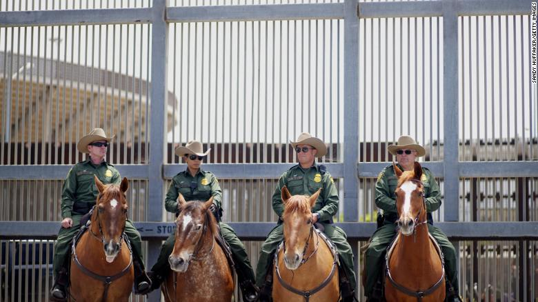 Agentes fronterizos en una patrulla a caballo cerca de San Ysidro durante la visita de Jeff Sessions. Se están intensificando las acciones contra todos los que cruzaron la frontera ilegalmente.