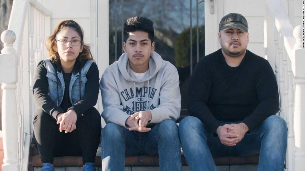 Los hijos de los Campos, sentados frente a su casa.