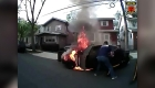 Heroico rescate de un hombre en un auto en llamas