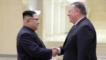El secretario de Estado de Estados Unidos, Mike Pompeo, saluda con al líder de Corea del Norte, Kim Jong Un, durante un viaje al país.l
