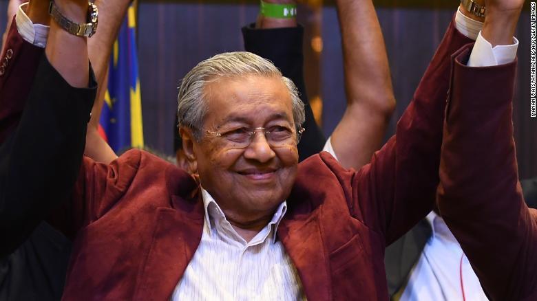 Mahathir Mohamad celebra con sus líderes de coalición durante una conferencia de prensa en Kuala Lumpur el 10 de mayo.