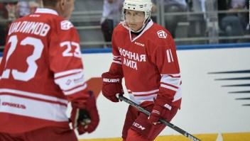 Putin, el presidente deportista, jugando hockey