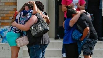 Personas se abrazan tras el tiroteo que dejó 10 muertos en una escuela secundaria de Santa Fe, Texas, en mayo de 2018. (Crédito: Michael Ciaglo/Houston Chronicle via AP)