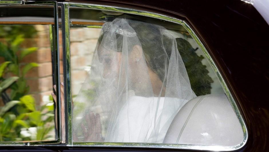 Meghan Markle deja Cliveden House Hotel en Taplow, cerca de Londres, Inglaterra, el sábado 19 de mayo de 2018 antes de su ceremonia de boda con el príncipe Enrique en la Capilla de San Jorge en el Castillo de Windsor. (AP Photo/Tim Ireland)
