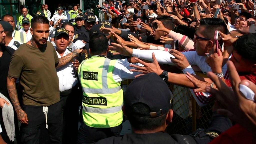 El capitán de Perú, Paolo Guerrero, a la izquierda, es recibido por los fanáticos cuando llega a Lima, Perú. (Crédito: AP Photo/Martin Mejia)
