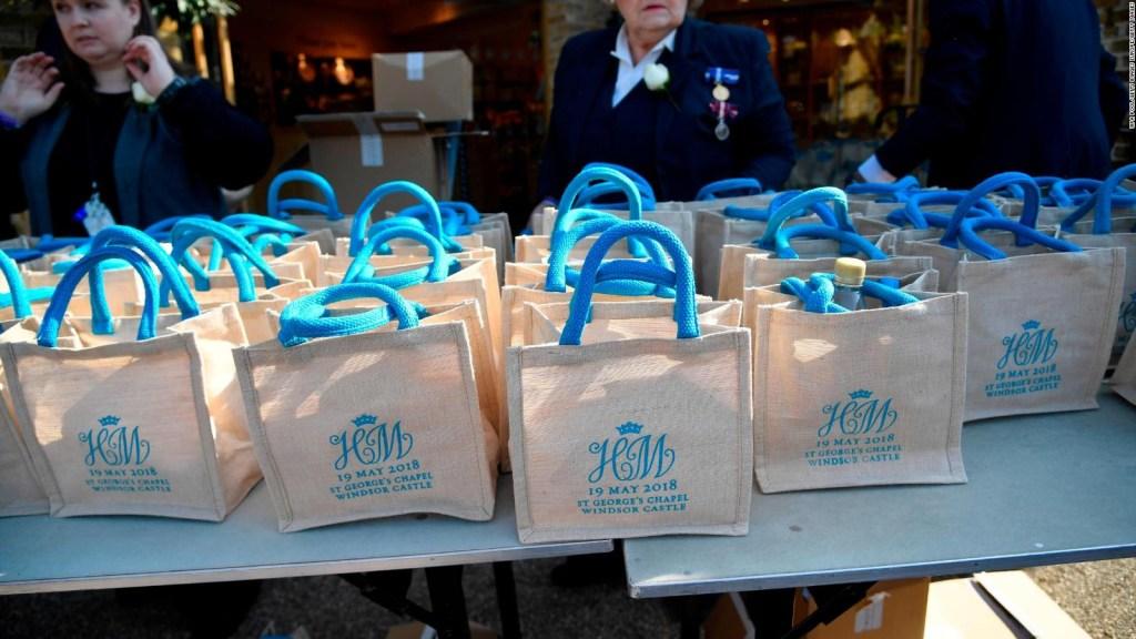 Invitados de la boda real subastan bolsa conmemorativa del histórico día