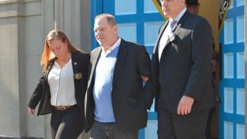 Harvey Weinstein está bajo arresto en una investigación de violación