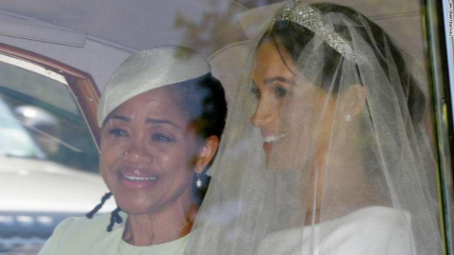 Meghan Markle y su madre en una imagen tomada dentro del coche que la condujo al palacio de Windsor para su boda con el príncipe Enrique.