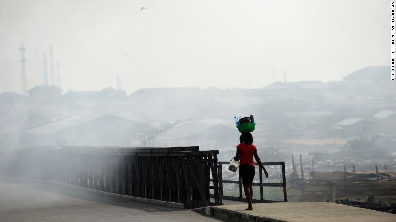 """Los residentes se quejan de que el aire se nota """"pesado"""" por culpa del hollín."""