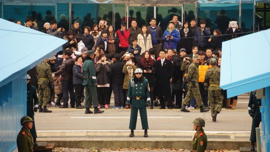 """Imán turístico: """"Panmunjom es la parte más visitada de la DMZ, desde ambos lados"""", dice Simon Cockerell, director general de Koryo Tours. """"Aquí es donde puedes ver la línea frontal de cerca e incluso cruzarla (la sala de conferencias)""""."""