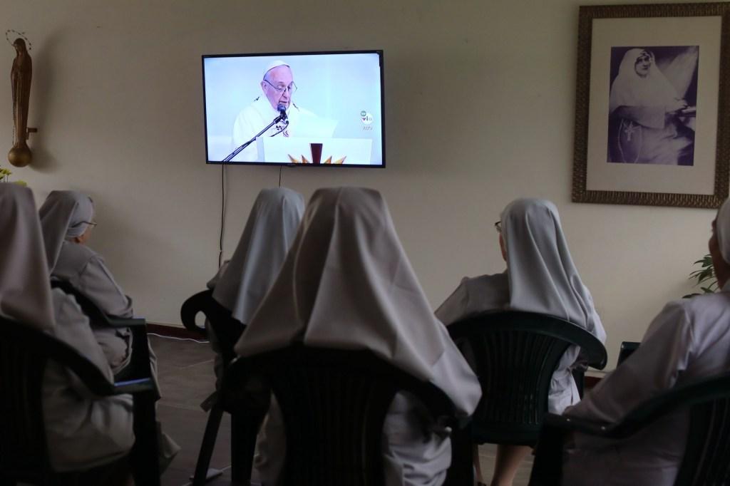 Monjas colombianas siguen la misa del papa Francisco en Medellín, en septiembre de 2017. (Crédito: JOAQUIN SARMIENTO/AFP/Getty Images)