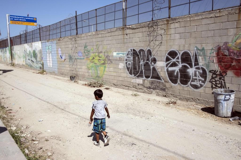 Niño migrante que viajó desde Centroamérica a EE.UU. en la caravana de inmigrantes durante abril de 2018. (Crédito: GUILLERMO ARIAS/AFP/Getty Images)